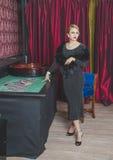 美丽的女孩在赌博娱乐场是轮盘赌 免版税库存照片
