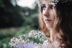 美丽的女孩在黑暗的森林里 免版税库存图片