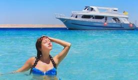 美丽的女孩在水晒日光浴 免版税库存照片