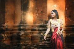 美丽的女孩在Apsara 免版税库存照片