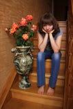 美丽的女孩坐木的台阶 免版税图库摄影