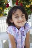 美丽的女孩外部微笑 免版税库存图片