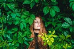 美丽的女孩头发的红色 免版税库存图片