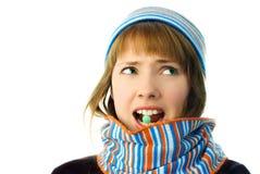 美丽的女孩她的嘴片剂 免版税库存照片