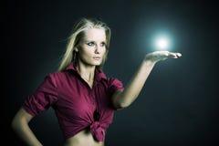 美丽的女孩她的魔术 免版税库存图片