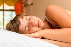 年轻美丽的女孩安排休息疲倦 图库摄影