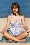 美丽的女孩实践瑜伽年轻人 免版税库存照片