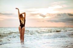 美丽的女孩室外生活方式画象黑泳装的 图库摄影