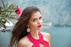 美丽的女孩室外画象有长的波浪发的,红色嘴唇 库存图片