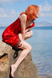 美丽的女孩岩石 库存图片