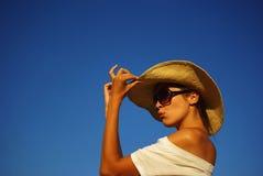 美丽的女孩帽子年轻人 免版税库存照片