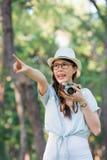 美丽的女孩快乐与拍摄减速火箭的照相机, P 免版税库存图片