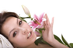 美丽的女孩愉快的疗养地温泉 免版税库存图片