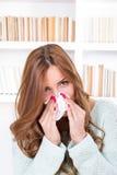 美丽的女孩感觉的不适捉住了吹她的鼻子的冷的sniffles 库存照片