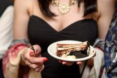 美丽的女孩或坐在餐馆面包点心店和吃蛋糕的一个少妇 人削减作为片断与 免版税库存照片