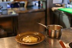 年轻美丽的女孩手厨师倾吐在c的碗现成的饭食 图库摄影