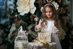 美丽的女孩打开礼物 库存照片