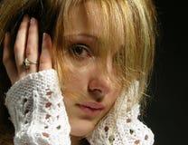 美丽的女孩担心的年轻人 免版税图库摄影