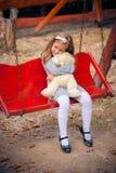 美丽的女孩拥抱一头可笑的熊 免版税库存图片