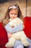 美丽的女孩拥抱一头可笑的熊 库存图片