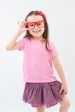 美丽的女孩拿着红色玻璃的一个手框架 库存图片