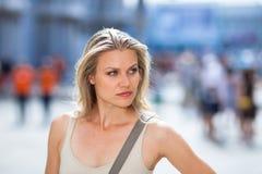 美丽的女孩摆在aat入口广场圣Marco 库存照片