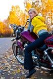 美丽的女孩摩托车年轻人 免版税库存图片