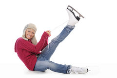 美丽的女孩放置冰鞋 免版税库存照片