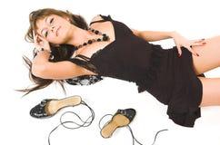 美丽的女孩放置鞋子 免版税库存图片