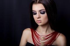 美丽的女孩时尚画象与一个明亮的晚上补偿与美丽的明亮的首饰的晚上神色 免版税库存照片