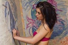 美丽的女孩是有一只被绘的独角兽的一位艺术家 库存图片