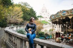 美丽的女孩是未经预约而来的在巴黎在大教堂附近 免版税库存照片