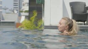 美丽的女孩是松弛在无限水池 股票视频