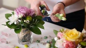 美丽的女孩显示卖花人在做prekrassnogo花束的主要类鲜花 库存图片