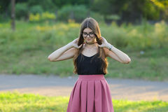 年轻美丽的女孩显示情感欢欣乐趣极乐 免版税图库摄影