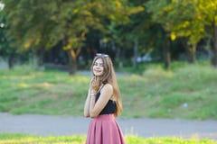 年轻美丽的女孩显示情感欢欣乐趣极乐 图库摄影