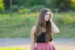 年轻美丽的女孩显示情感欢欣乐趣极乐 库存照片