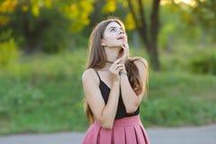 年轻美丽的女孩显示情感欢欣乐趣极乐 免版税库存图片