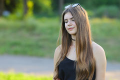 年轻美丽的女孩显示情感欢欣乐趣极乐 免版税库存照片