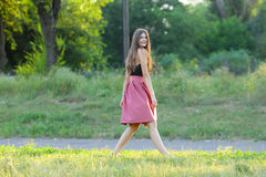 年轻美丽的女孩显示情感欢欣乐趣极乐 库存图片