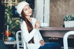 美丽的女孩有喝马蒂尼鸡尾酒的好时光在酒吧 库存照片