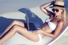 美丽的女孩有在海滩的一个季节性冬天假期在异乎寻常的国家 免版税库存照片