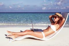 美丽的女孩有在海滩的一个季节性冬天假期在异乎寻常的国家 免版税库存图片