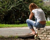 美丽的女孩某人等待的年轻人 免版税库存图片