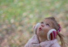 美丽的女孩查寻的一点 免版税库存照片
