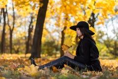 美丽的女孩森林 库存照片