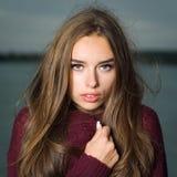 美丽的女孩毛线衣 免版税图库摄影