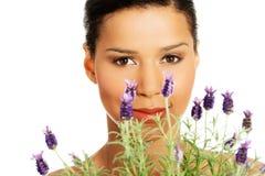 美丽的女孩气味淡紫色花 免版税库存照片