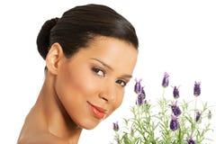 美丽的女孩气味淡紫色花 库存图片