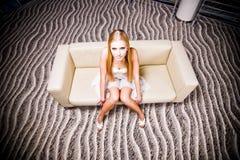 美丽的女孩沙发 免版税库存图片